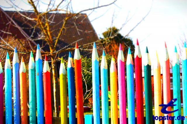 Farverige pins hegn