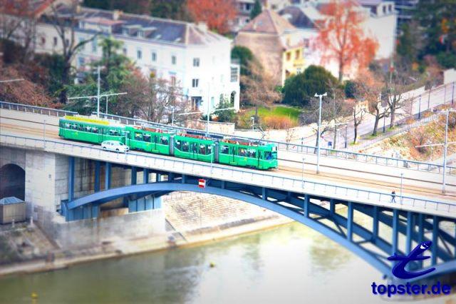 Tramway sur le pont sur le Rhin