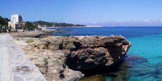 在卡拉拉,马略卡岛海滨长廊